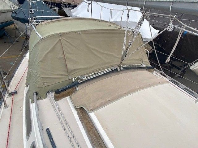 1985 Catalina Yachts boat for sale, model of the boat is 30' & Image # 4 of 26