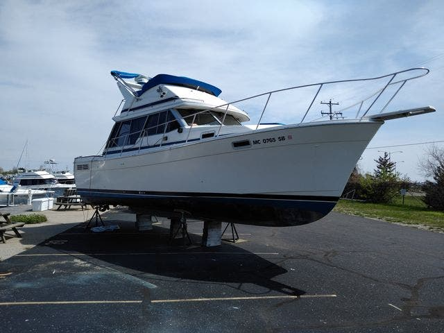1987 Bayliner boat for sale, model of the boat is 3218 MOTORYACHT & Image # 3 of 7