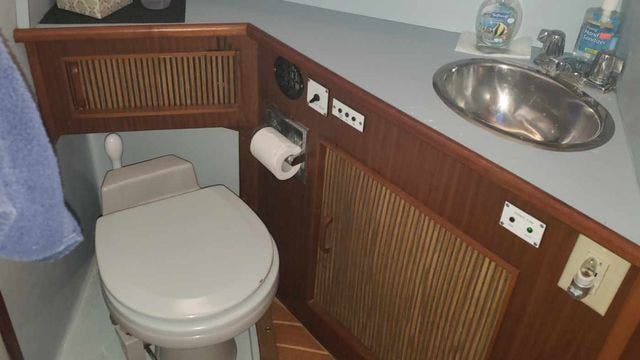 1987 Sea Ray boat for sale, model of the boat is 390EXPRESS & Image # 15 of 19