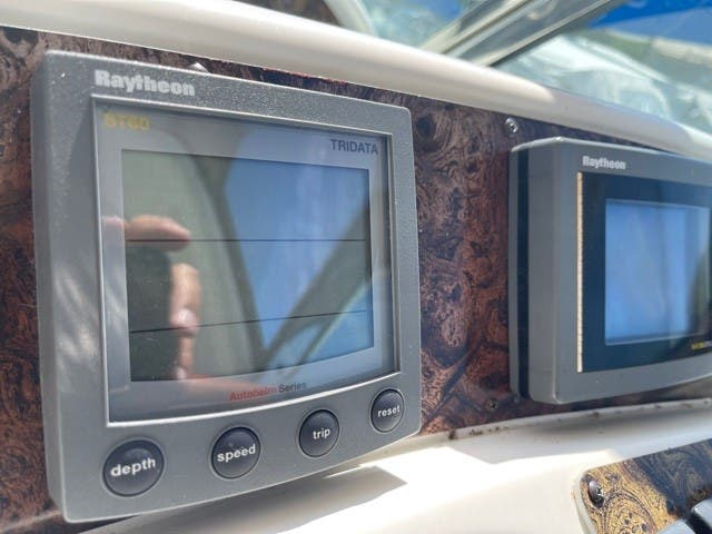 1997 Sea Ray boat for sale, model of the boat is 370 SUNDANCER & Image # 12 of 37