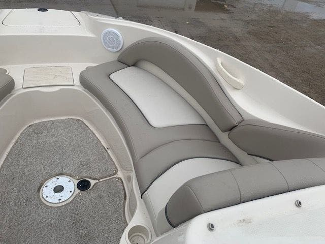 2002 Sea Ray boat for sale, model of the boat is 220 SUNDECK & Image # 6 of 22