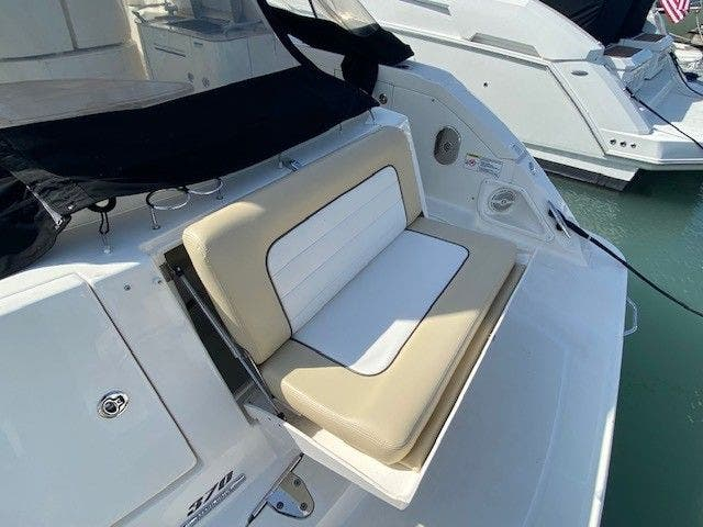2011 Sea Ray boat for sale, model of the boat is 370 SUNDANCER & Image # 4 of 28