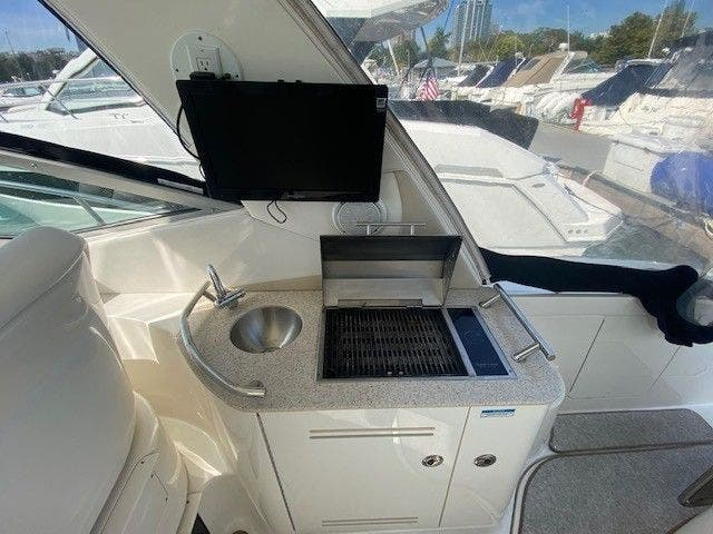 2011 Sea Ray boat for sale, model of the boat is 370 SUNDANCER & Image # 8 of 28