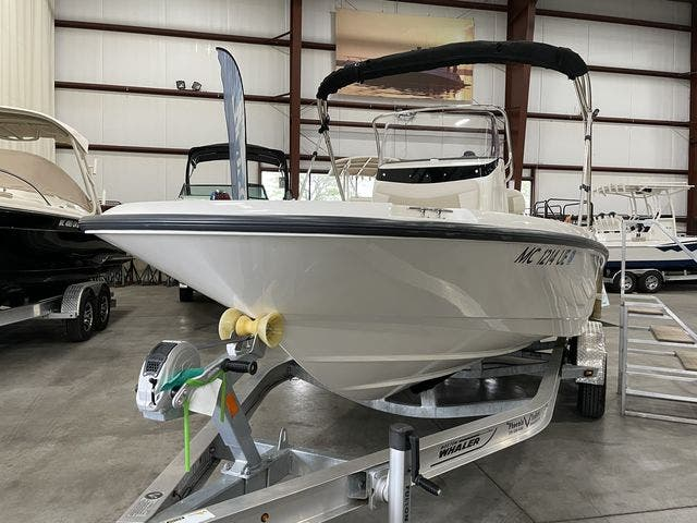 2017 Boston Whaler boat for sale, model of the boat is 210 DAUNTLESS & Image # 4 of 14
