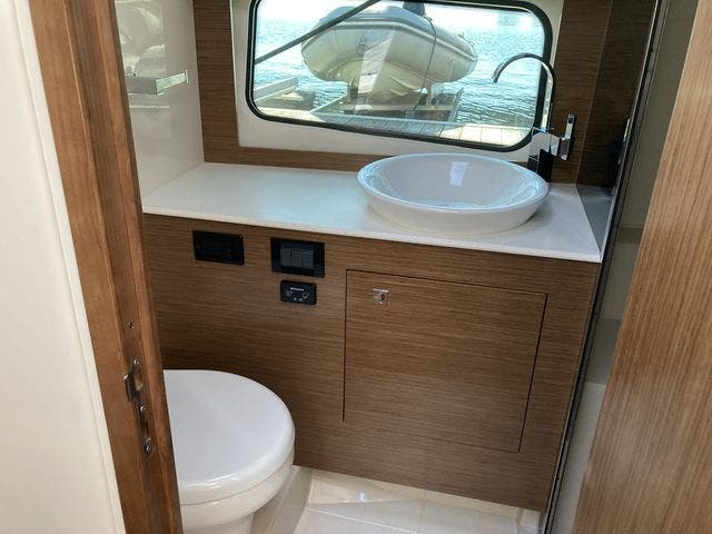 2017 Cruisers Yachts boat for sale, model of the boat is 390EXPRESSCOUPE & Image # 24 of 29