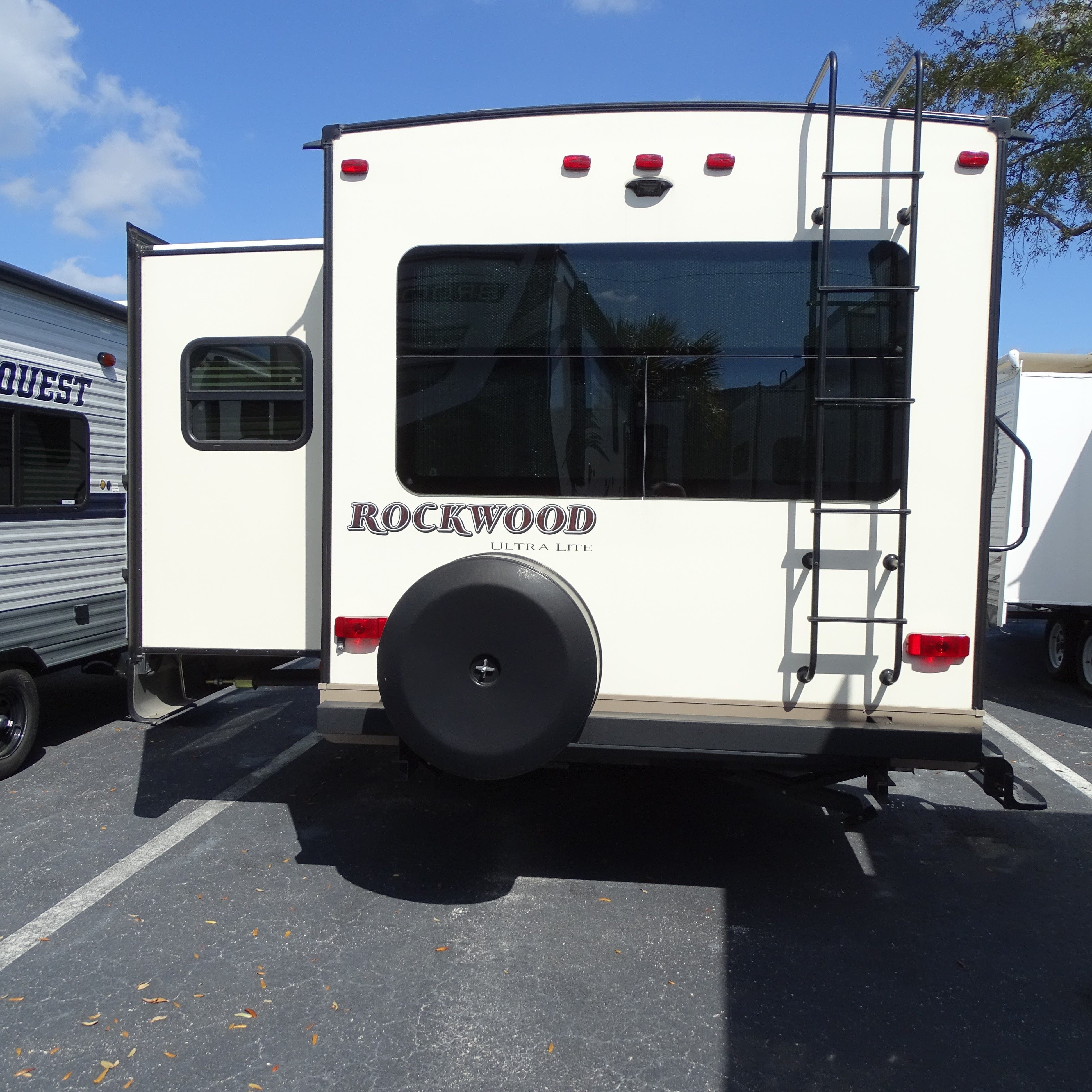2017 Forest River Rockwood ULTRA LITE 2604WS Thumbnail