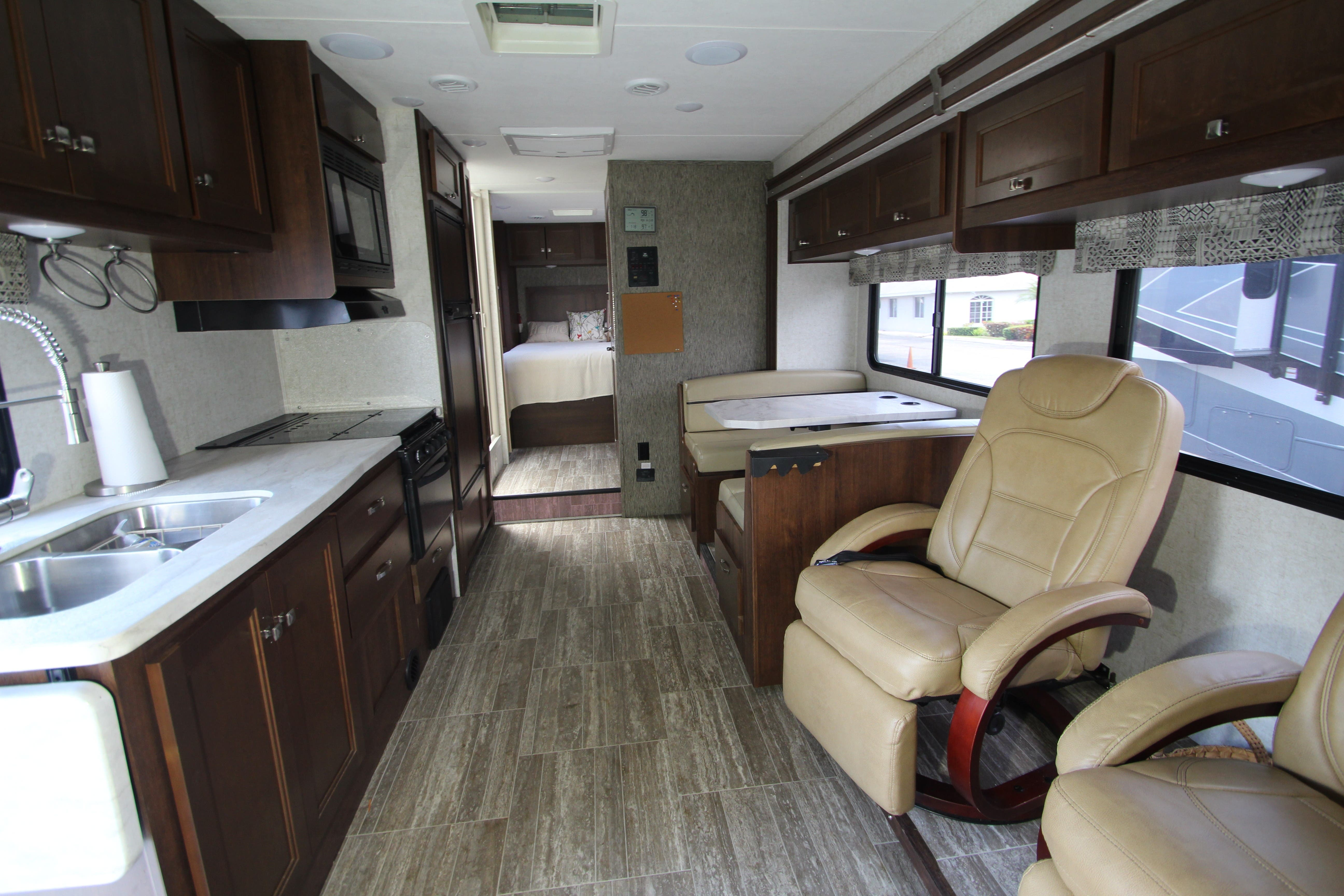 2018 Forest River Sunseeker 2850S LE Thumbnail