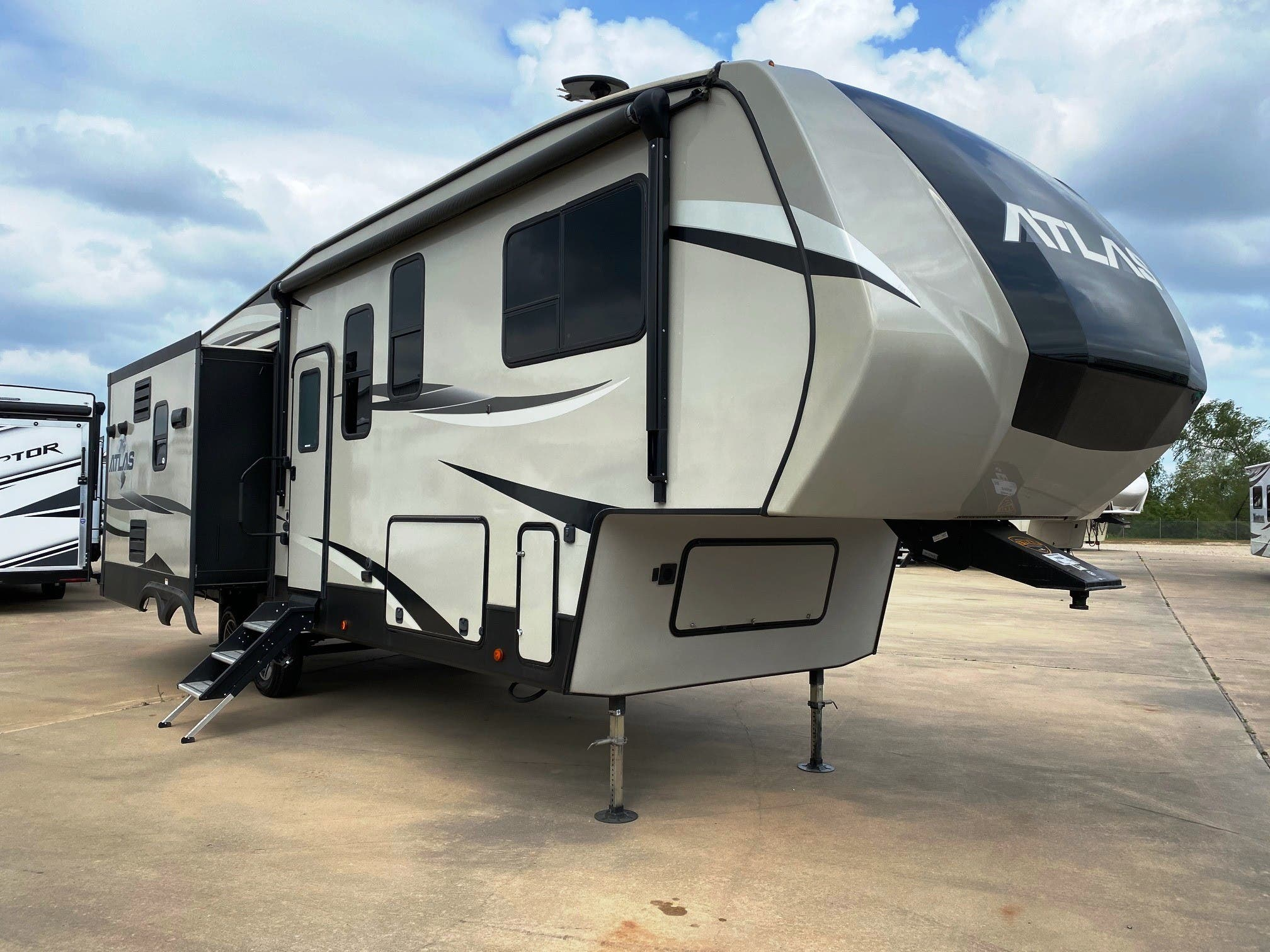 2019 Dutchmen Atlas 2952rlf Rvs For Sale In Texas New Mexico Holiday World Rv Dealerships In Texas New Mexico