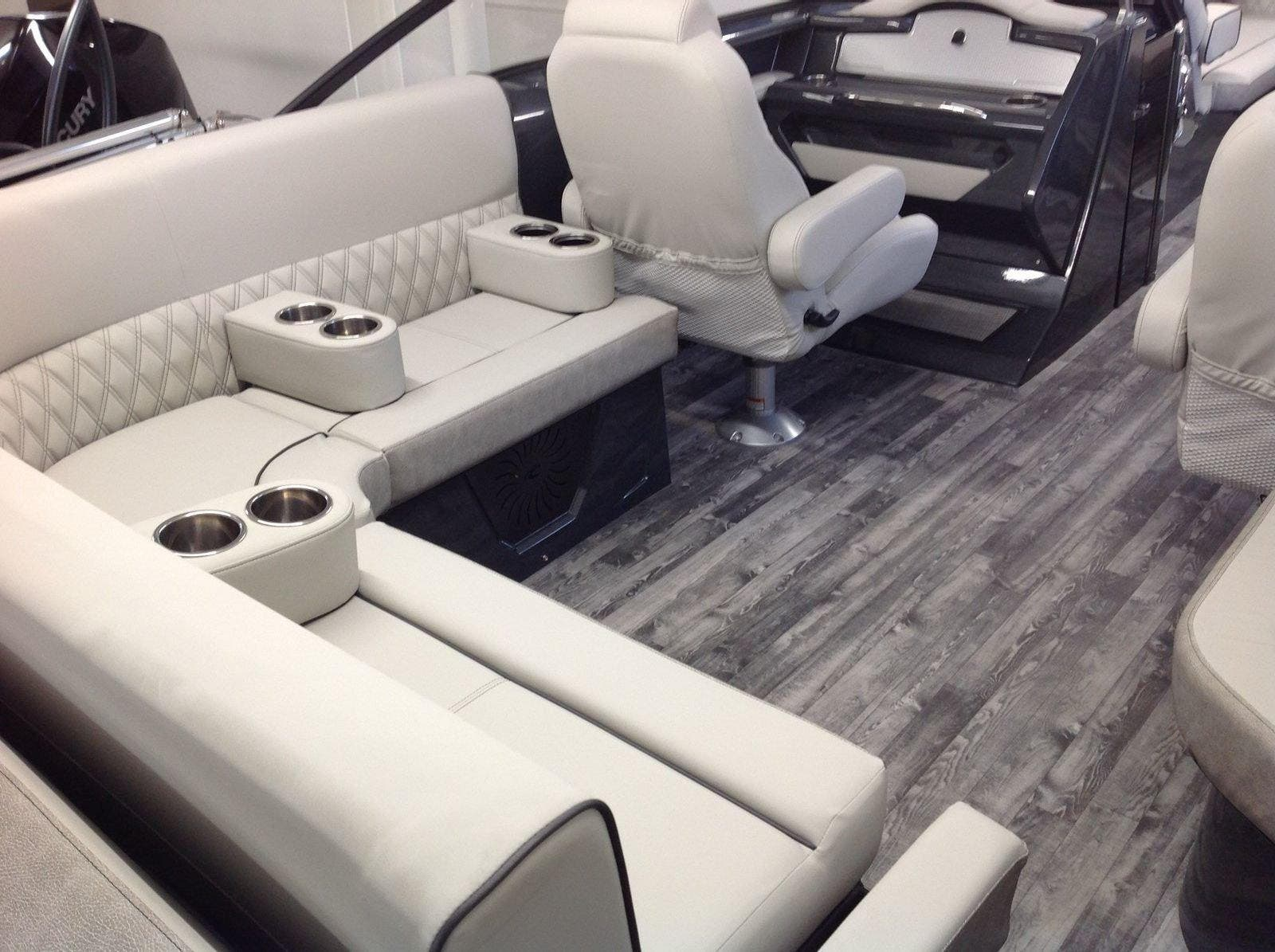 2020 Crest boat for sale, model of the boat is Continental 270sls & Image # 5 of 15