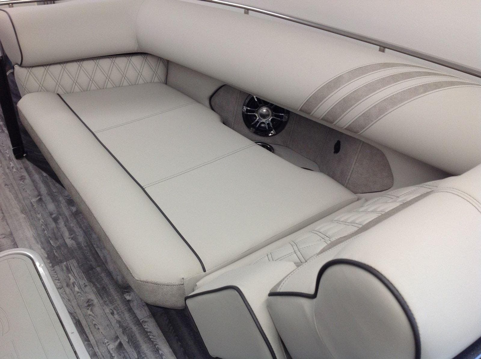 2020 Crest boat for sale, model of the boat is Continental 270sls & Image # 10 of 15