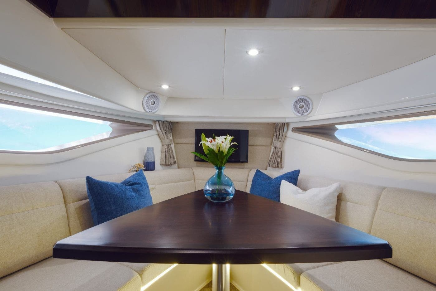 2020 Sea Ray boat for sale, model of the boat is 320 SUNDANCER & Image # 7 of 8