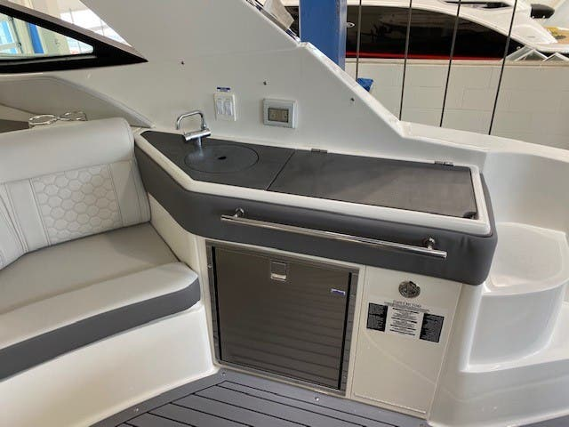 2021 Sea Ray boat for sale, model of the boat is 320 Sundancer & Image # 18 of 31