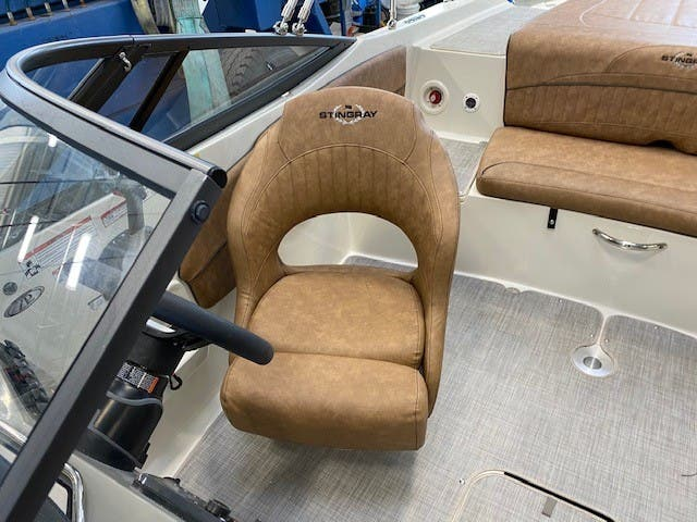 2021 Stingray boat for sale, model of the boat is 208lr & Image # 5 of 11